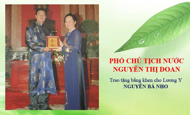 Phó chủ tịch nước Nguyễn Thị Doan trao tặng bằng khen cho Lương Y Nguyễn Bá Nho