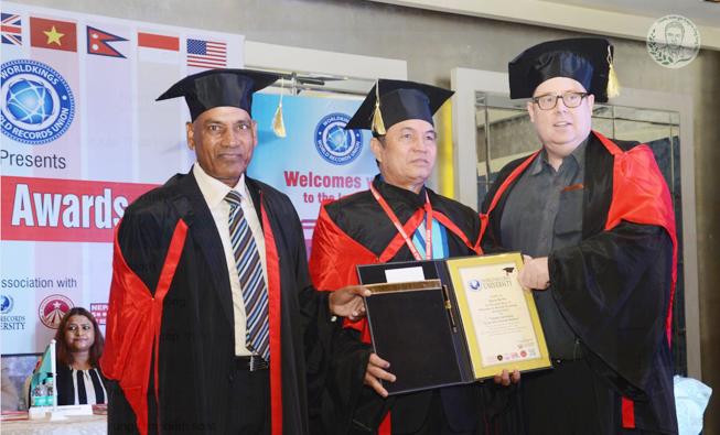Lương Y Nguyễn Bá Nho nhận chứng chỉ của trường Đại Học danh tiếng