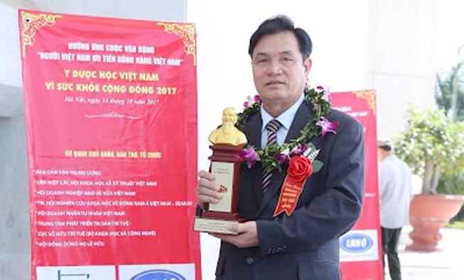 Lương Y Nguyễn Bá Nho nhận chứng nhận vì sức khỏe cộng đồng
